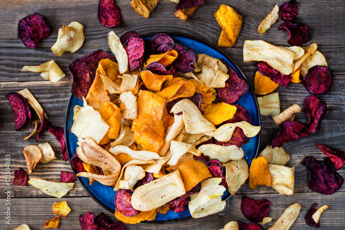 Cuadros en Lienzo  Bowl of Healthy Snack from Vegetable Chips, Crisps