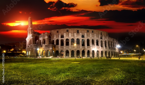Photo  Colosseum at sunset