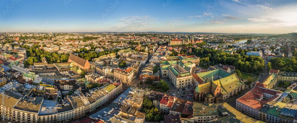 Fototapeta Kraków - panorama starego miasta z lotu ptaka. Widok na ulicę Grodzką i Bazylikę Franciszkanów.