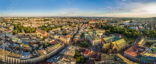 Fototapeta Kraków - panorama starego miasta z lotu ptaka. Widok na ulicę Grodzką i Bazylikę Franciszkanów. obraz