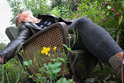 Fotografie, Obraz  junge frau auf stuhl im garten I