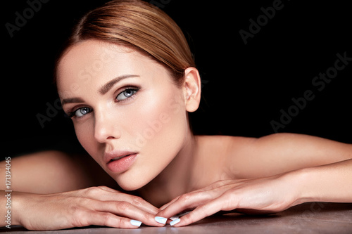 Photo  beautiful woman model with no makeup and clean healthy skin face on black backgr