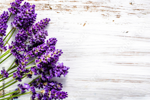 Fototapeta Fresh flowers of lavender bouquet, top view on white wooden background obraz