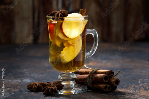 szklanka-goracej-herbaty-jablkowej-z-przyprawami