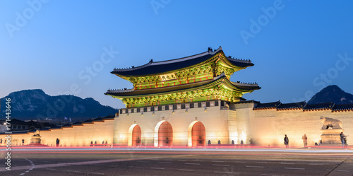 Photo  Gyeongbokgung Palace At Night In South Korea, with the name of the palace 'Gyeon