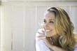 Leinwanddruck Bild - portrait d'une femme blonde souriante