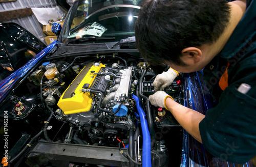 Zdjęcie XXL Auto mechanik naprawy samochodu. Selektywna ostrość
