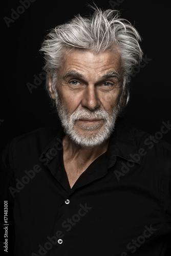 Seniorportrait vor schwarz