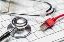 Stethoskop Und Tastatur Mit Netzwerkkabel Konzept