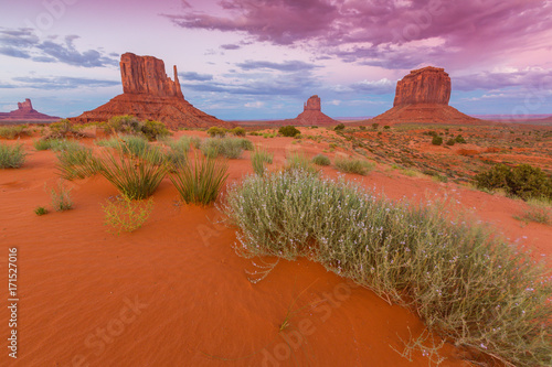Foto op Plexiglas Rood traf. Beautiful sunset scenery in Monument Valley, Arizona