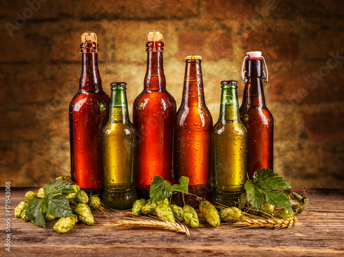 rozne-butelki-piwa-na-drewnianych-deskach