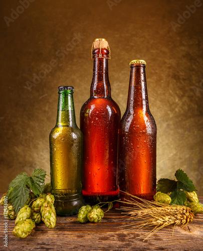 butelki-z-roznymi-piwami-na-brazowym-tle