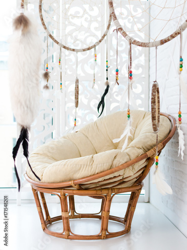 Photo sur Aluminium Style Boho Rattan chair and dream catcher.
