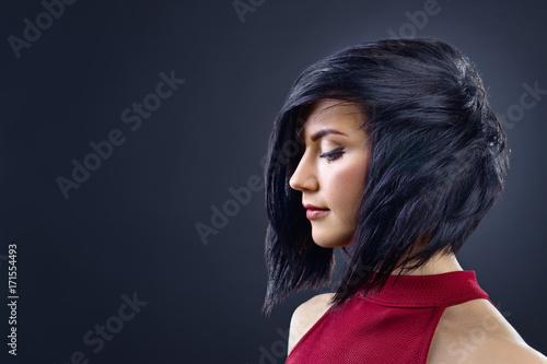 Plakat Piękna brunetki kobieta z perfect fryzury i profesjonalisty makeup