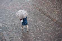 Femme Traversant Une Place Pavés Avec Un Parapluie