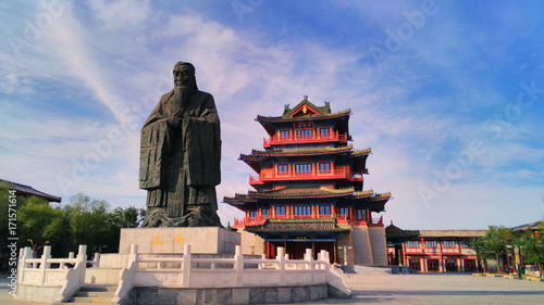 the giant  statue of Confucius and ancient chinese pavilion in the ancient capi Tablou Canvas
