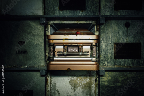 Fotografia Decrept Coffin - Abandoned Mausoleum