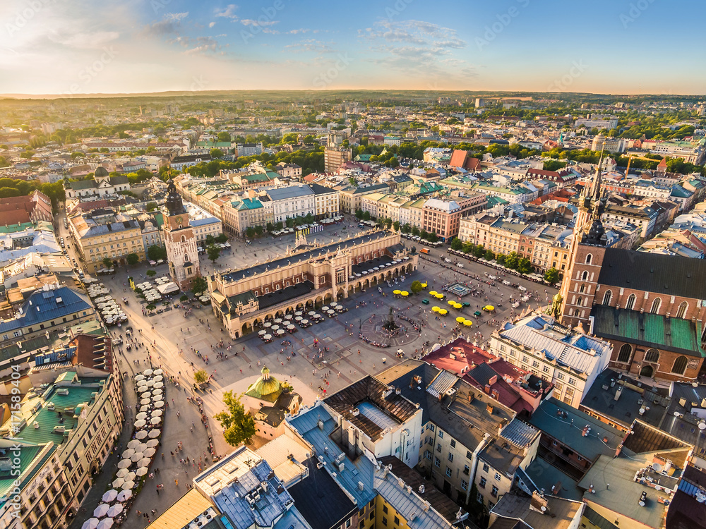 Fototapety, obrazy: Kraków - stare miasto z lotu ptaka. Rynek Główny i Sukiennice w świetle wieczornego słońca.