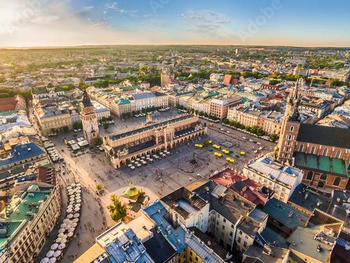 Staande foto Krakau Kraków - stare miasto z lotu ptaka. Rynek Główny i Sukiennice w świetle wieczornego słońca.