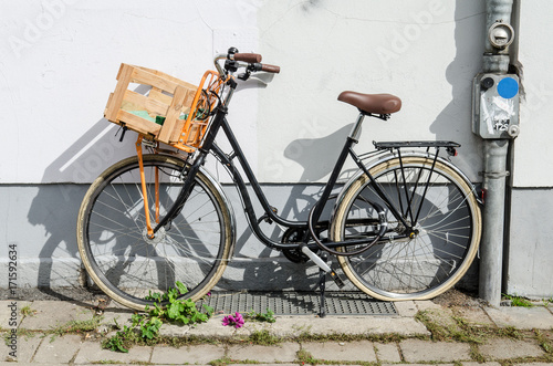 Deurstickers Fiets bicycle with wooden box