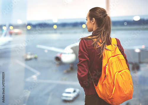 Fotografia Girl at the airport window looking outside