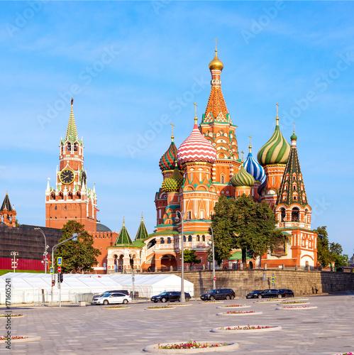Plakat Katedra Świętego Bazylego na Placu Czerwonym i wieża Kremla w Mosco