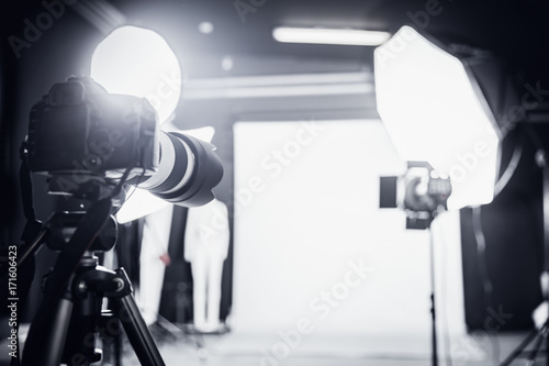 Photo Photo studio with professional lighting. Set up for a shoot