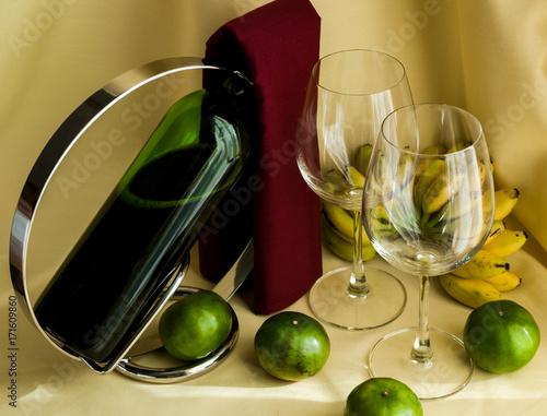 butelka-wina-w-stojaku-i-dwa-kieliszki-na-jasnym-tle