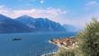 Gardasee, Brenzone, die kleinen Insel Trimellone und Bergen im Hintergrund.