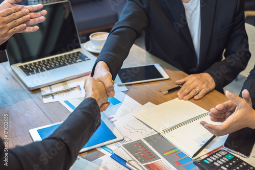 Fotografía  Businesspeople are shaking hands after reaching agreement on the project