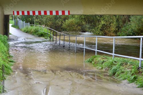 Plakat Przejście podziemne jest zalane przez rzekę