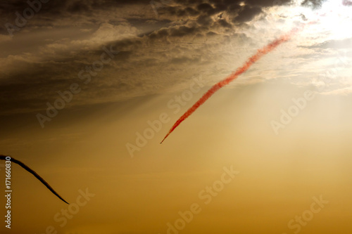 Photo Turkish acrobatic aviation squadron flying over Izmir (Turkey) in sunset sky backlight