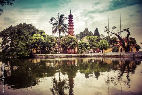 Foto  pagoda of Tran Quoc temple in Hanoi, Vietnam