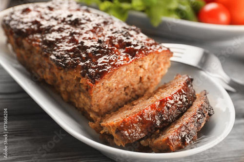 Photo  Plate with tasty baked turkey meatloaf on table, closeup