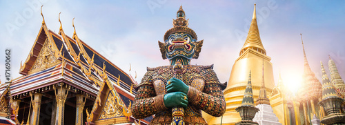 Deurstickers Bedehuis Wat Phra Kaew, Emerald Buddha temple, Wat Phra Kaew is one of Bangkok's most famous tourist sites