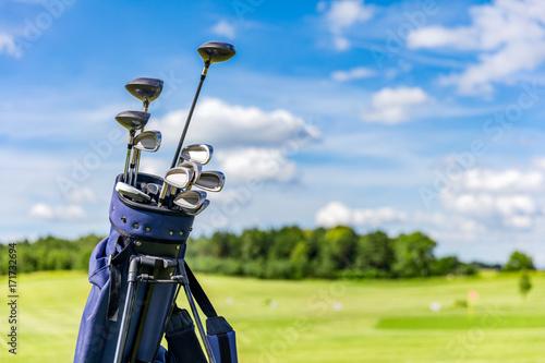 Deurstickers Golf Golf equipment bag standing on a course.