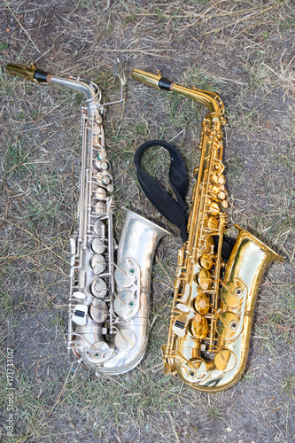 Plakat Srebrne i złote wielkie trąbki saksofonowe Mosiężny instrument muzyczny