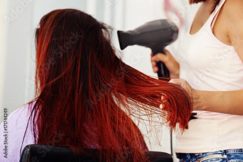 Plakat Piękna kobieta w fryzjer