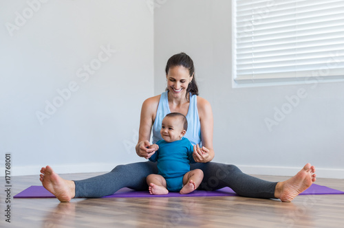 Photo  Woman playing with infant