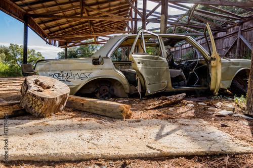 Papiers peints Les vieux bâtiments abandonnés Old rusted car near a fort in croatia
