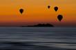 Mongolfiere sul mare al tramonto