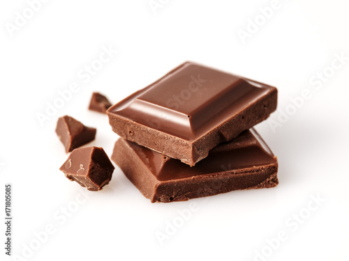 Foto op Aluminium Macrofotografie Macro photo of Chocolate bar. Broken pieces over white background.