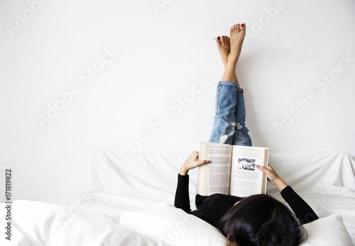 Fotografia  Asian woman reading lifestyle at home