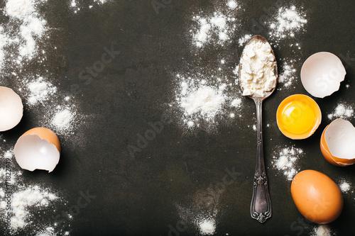 In de dag Bakkerij Backing background with eggs and flour