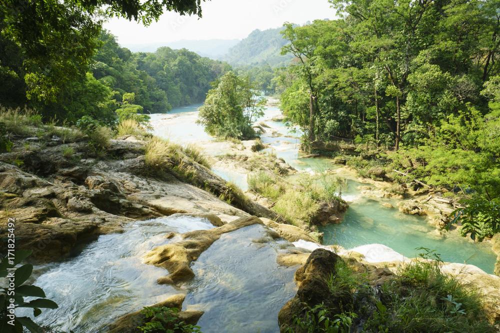 Widok dolina od siklawy rzeka na falezach w tropikalnym jeziorze przy pogodnym letnim dniem