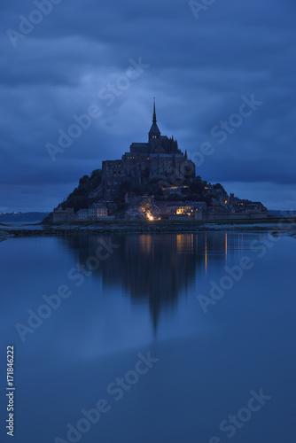 Carta da parati Mont Saint Michel at blue hour
