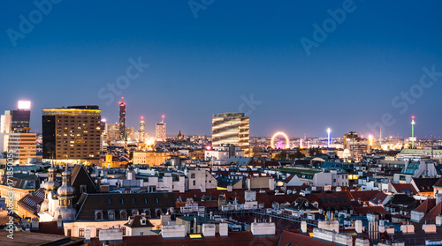 Obraz na płótnie Widok z lotu ptaka nad pejzażem miejskim w Wiedniu w nocy