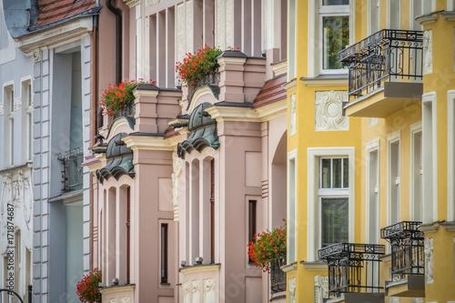 kolorowe-fasady-starych-zabytkowych-kamienic