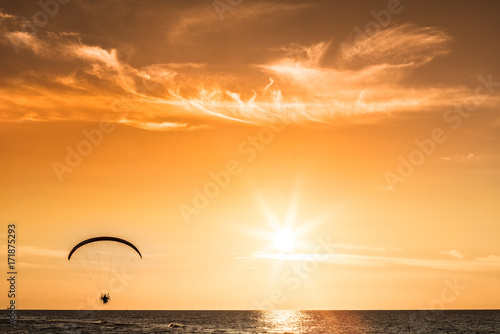 Papiers peints Nautique motorise Paraglider flying at sunset