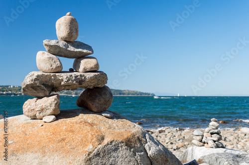 Photo sur Plexiglas Zen pierres a sable Inukshuk Rock balancing in Vancouver stone stacking garden